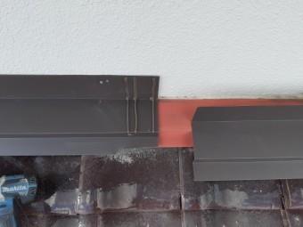 壁際に雨押え板金もカバーします。