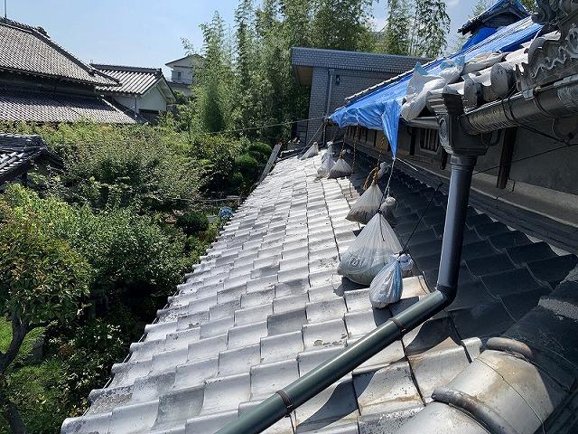 下屋根も全体的に瓦がズレています。