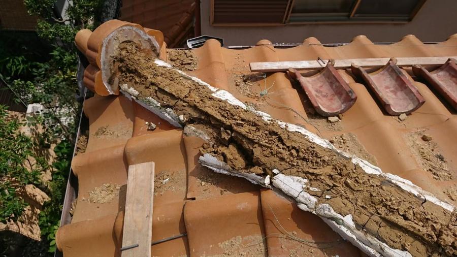 ノシ瓦を外して、中の土も解体して行きます。