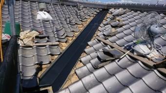 ガルバリウム鋼板製の谷板金を取り付けます。