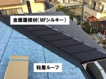 下地材と屋根材を葺いていく