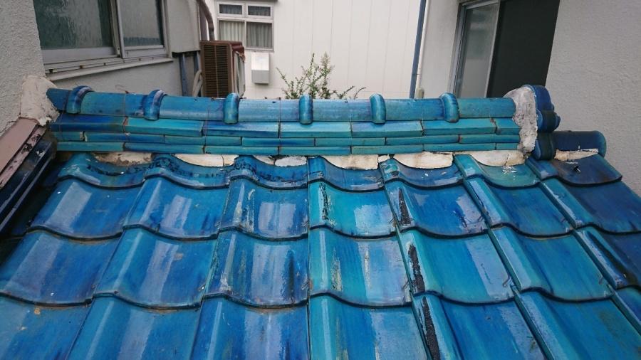 下屋根の棟の面戸漆喰が劣化して傷んでおります。