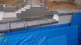 塀の端部の瓦も交換して、塀瓦の補修が完了しました。