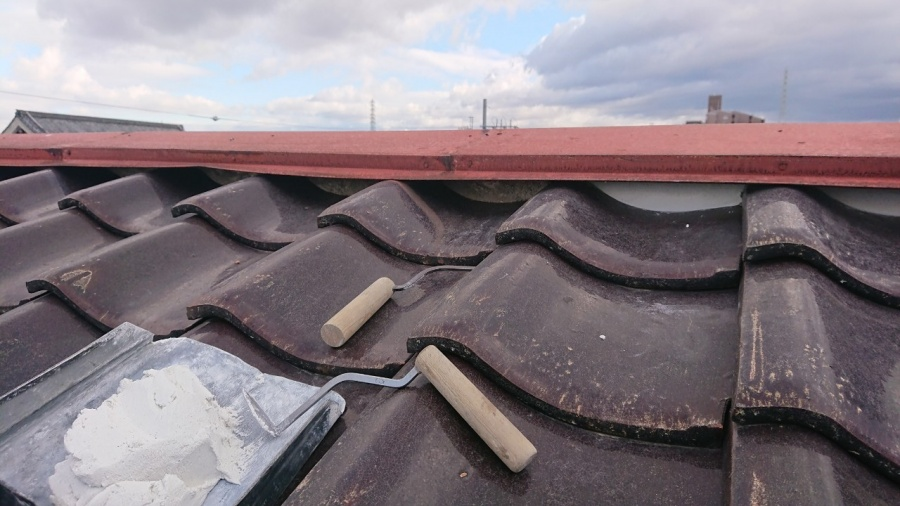 枚方市 差し掛け屋根の壁から雨漏り。片棟板金、壁板金でカバーして雨漏りを防ぎました。