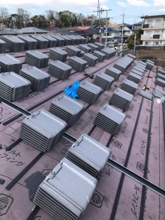 瓦桟を打ち、瓦を屋根に揚げて行きます。