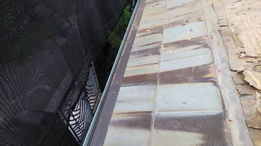 銅板に穴が開いてしまい、そこから雨漏りを起こしています。