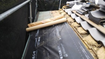 銅板の上から電蝕を防ぐために、粘着ルーフィングをはります。