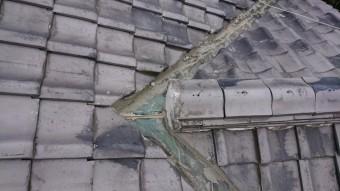 銅板の谷板で、雨漏りするのコーキングで固めています。