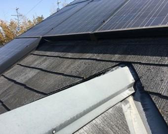 雨漏り修理 太陽光パネルの下