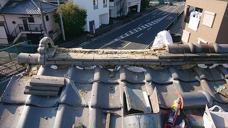 崩れた棟のノシ瓦を一旦解体します。