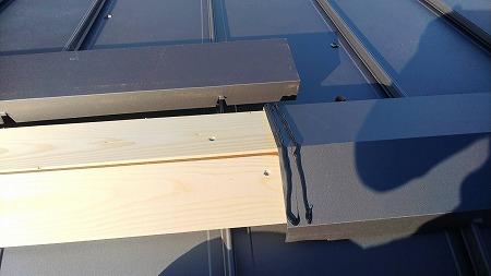 棟包板金の結合部は2乗コーキングで、防水&接着です。
