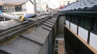 地震の影響か、棟瓦がズレてしまっています。