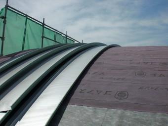 円形屋根にガルバリウム鋼板を上げます。