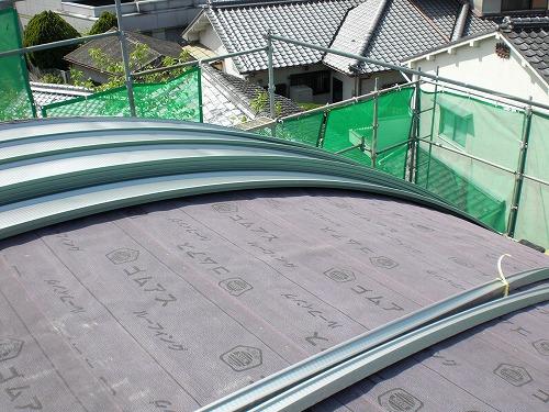 ガルバリム鋼鈑を湾曲した屋根に貼ります。