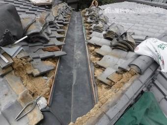 ガルバリウム鋼鈑の谷板金を取り付けます。