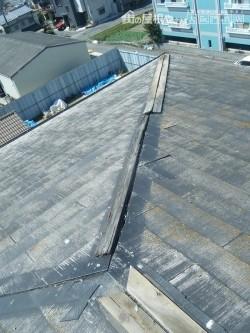 カラーベストの棟包板金が飛散して、中の木材も朽ちて欠損してます。