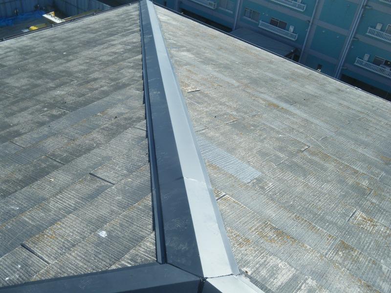 新しく棟板金と取り付け、飛散したカラーベストも補修しました。