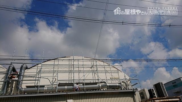 円形屋根の工業の飛散したケラバ部の補修工事を行います。