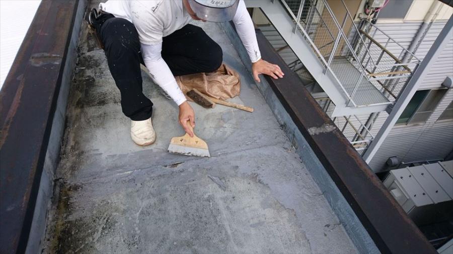 シートを敷く前に掃除と浮いた部分を削ぎます