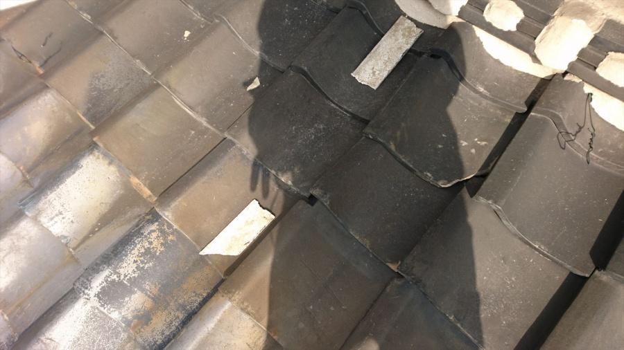 門真市 いぶし瓦屋根、瓦ズレや割れ、漆喰の剥がれあり