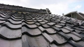 門真市 入母屋屋根の棟部、冠瓦が崩れ落ちてます