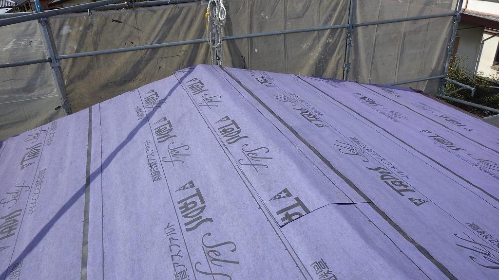 現状のカラーベストの上から、裏がシールになったルーフィングを貼ります。