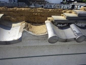 軒瓦の交換の為、棟を解体します。