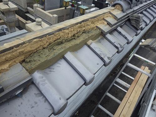 棟瓦を積む為、台の土を置いていきます。