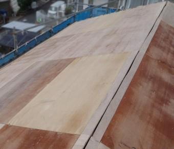 このままでは新しい屋根材を葺けないので、コンパネを張って補強