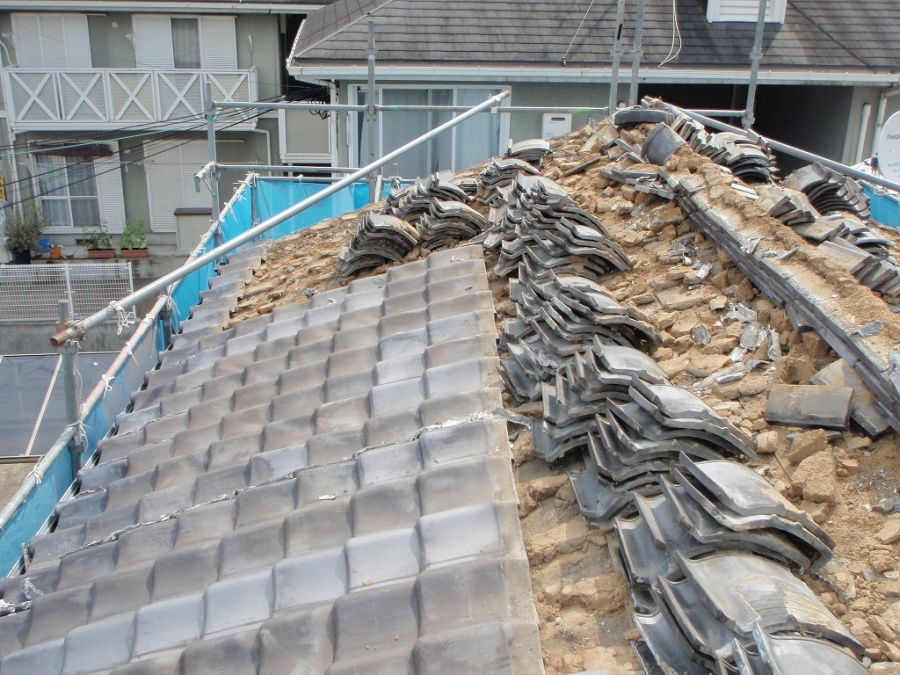 寝屋川市で和瓦の解体、通称「メクリ」をして、合板工事まで完了!