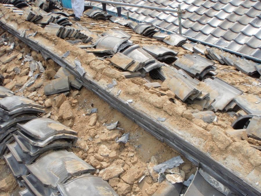 古い瓦の下は大量の土があり、これを手作業で屋根から降ろします。