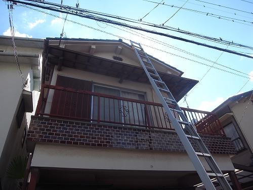 門真市 ソーラー温水器の固定するワイヤーによって瓦が押し上げられている屋根の調査を行いました。