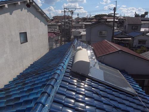 屋根には温水ソーラーが載せられています。
