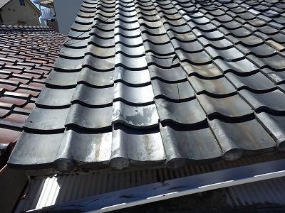 門真市で連棟のいぶし瓦の雨漏り修繕工事・波板張替工事を行いました。