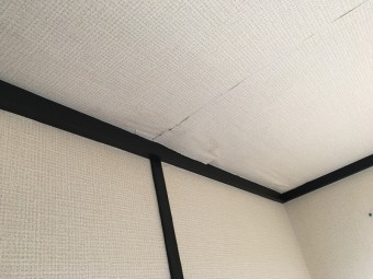 雨漏りで剥がれてきた天井クロス