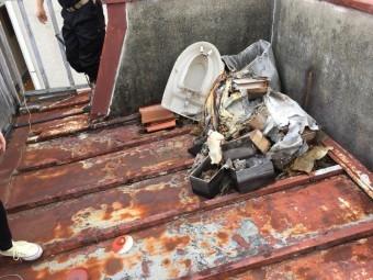 屋根の上に捨てられた廃棄物