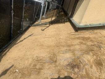 下屋根の瓦、土を取り除きました。