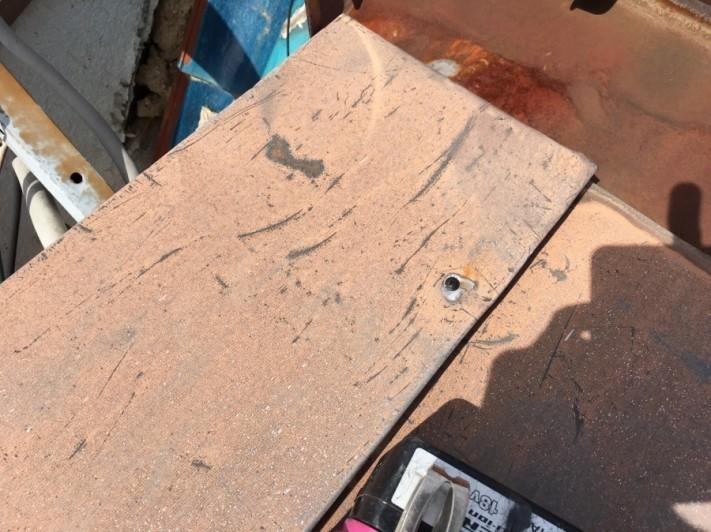 ケラバ側の浮き上がっていた板金もビスで補強します。