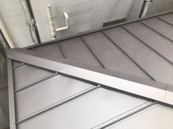 立平葺の完成後、軒先に流れた雨水がと樋を飛び越えないようカバーを取り付けます。
