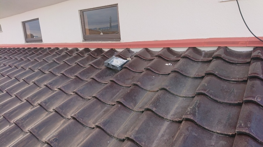 下屋根の壁際の面戸漆喰も塗り直しました。