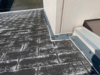 こういう、平行谷部分の雨仕舞は慎重しなければ雨漏りを起こしますね。