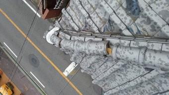 大阪北部地震の揺れで崩れた隅棟のノシ瓦です。