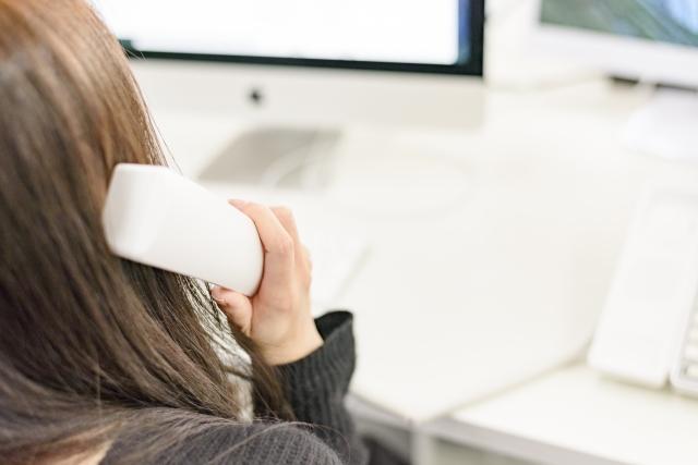 電話する女性 事務所 素材