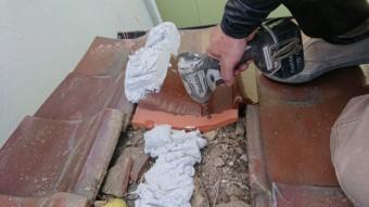 新しい釉薬瓦をビスで留めつけて行きます。
