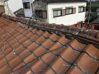 屋根中にコーキングが塗られてます。