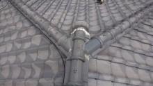棟の取り合い部に、まずはコーキングを塗布します。
