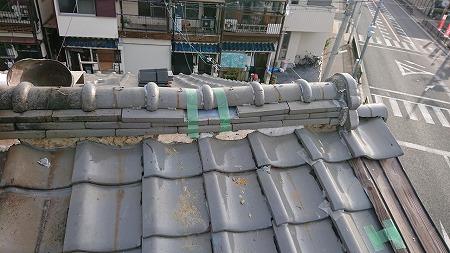 棟のノシ瓦が欠損しており、棟自体も崩れかけております。