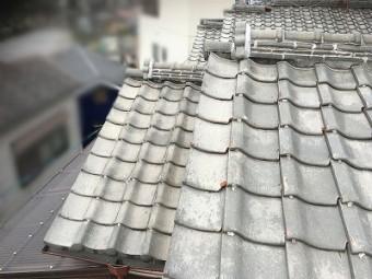 漆喰が黒ずんできている屋根