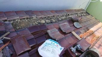 割り付けの関係上、冠瓦が葺かれていた部分を解体します。