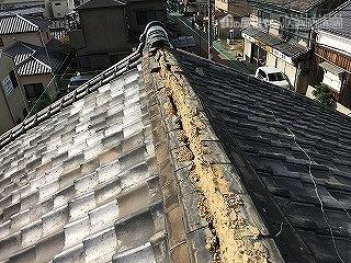 棟は台風の被害で棟瓦が飛散してしまっています。